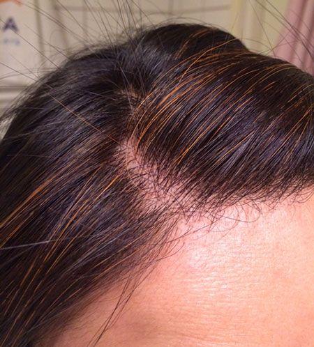 Vissa kan verkligen åldras med grått hår på ett snyggt sätt, men jag har en sådan otacksam hårfärg som svart. Jag får inte gråa strån, jag får kritvita…. Så jag har testat att färga med mörkb…