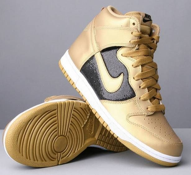 Gold nike hightops: Nike Hightop, Daily Fashion, Gold Glitter, Gold Nike Shoes, High Tops, Gold Sneakers, Nike Dunks High, Black Nike, Glitter Gold