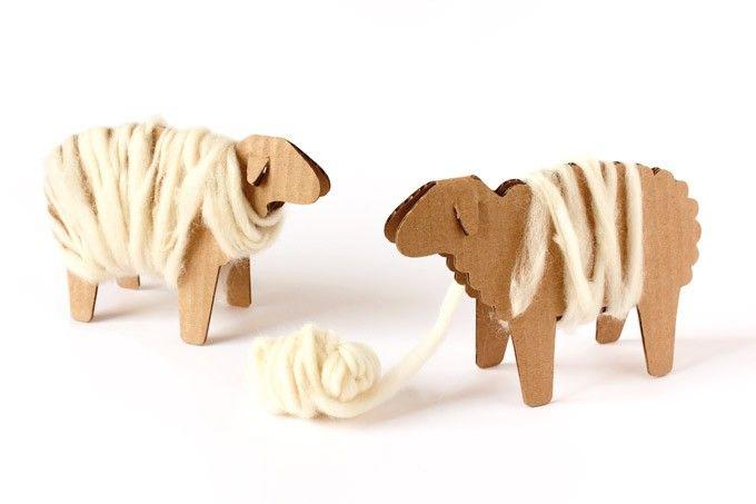 Wickelschaf für erste Wickelübungen - Wickelschafe aus Wellpappe sind bereits vorgestanzt und werden ganz einfach zusammengeklebt. Man kann sie mit bunter Wolle, oder wie in den Bildern mit handgesponnener Märchenwolle, umwickeln. Eine gute Übung für die beidhändige Koordination.