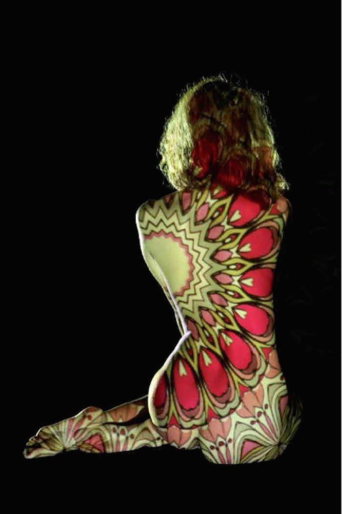 Für das neueste Foto-Projekt von der französischen Künstlerin und Fotografin Dani Olivier wurden Lichtprojektionen auf die entblößten Körper von…