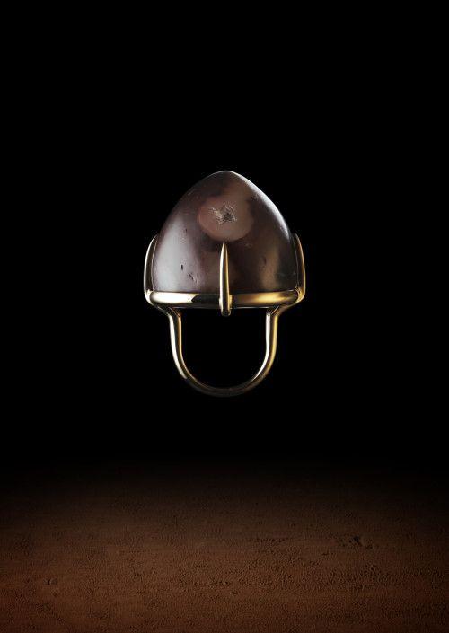 Maison Auclert- Large ring in 18K gold set with a large beige agate chess pawn. Middle-Eastern work of the 10th-15th century. Bague Jeton d'agate. En or 18K enserrant un large jeton de jeu dômé en agate blonde. Art du Moyen-Orient, X°- XV° siècle.