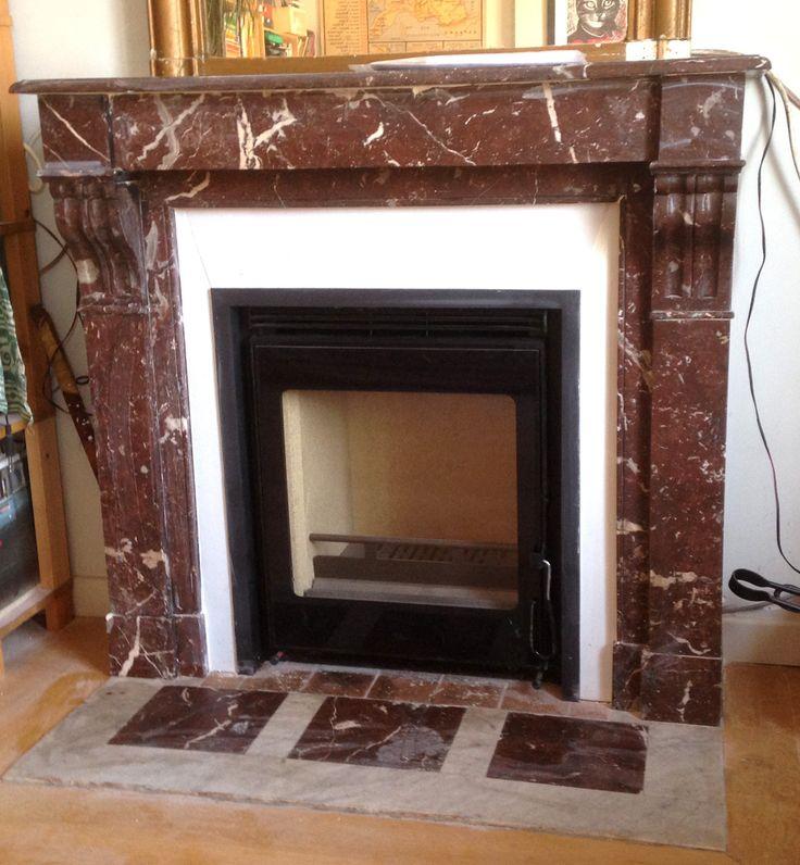 Pose de cheminée ancienne en marbre avec un insert moderne