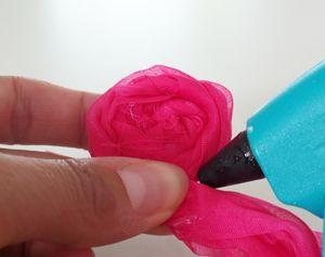 Van restjes stof maak je heel simpel deze prachtige stoffen bloemen, voor een zonnig accent. Zonder naald en draad!