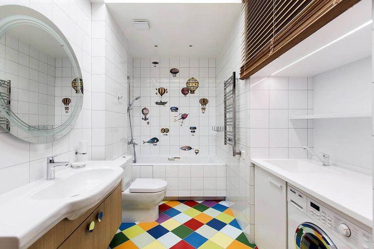 V dětské koupelně podlahu ovládla exploze barev, stěnu za vanou zdobí horkovzdušné balóny z Fornasettiho kolekce Macchine volanti 1.