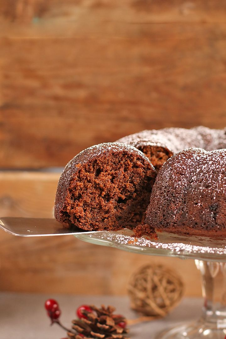 This Vegan Gingerbread Bundt Cake is the perfect dessert for your holiday. A sweet and spicy cake filled with flavor and dusted with powdered sugar.