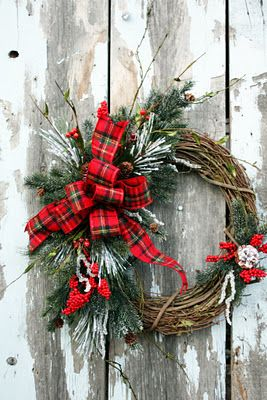 love this Christmas grapevine wreath!  :)