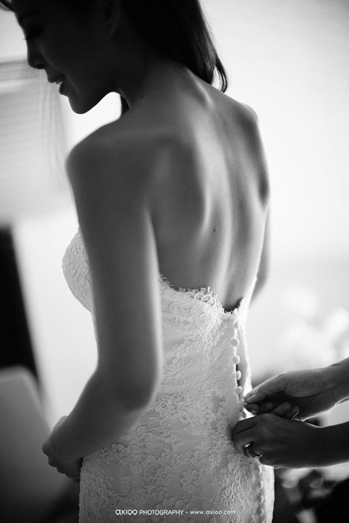 Backless wedding dress | Ren & Stacey Wedding In Alila Uluwatu by Axioo | http://www.bridestory.com/axioo/projects/ren-stacey-wedding-in-alila-uluwatu