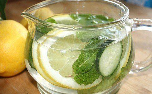 Чтобы приготовить напиток из огурцов для похудения, вам понадобится взять:  один огурец, лимон, половину столовой ложки мелко порубленного корня имбиря, 5-6 свежих листьев мяты.  Эти ингредиенты необходимо будет размочить в десяти стаканах холодной воды (это приблизительно два литра). Огурец нужно заранее очистить от кожуры и тонко порезать кружочками, а лимон вместе с цедрой просто порезать тонкими дольками и все забросить в воду. За ними же положите и имбирь с мятой, а затем кувшин или…