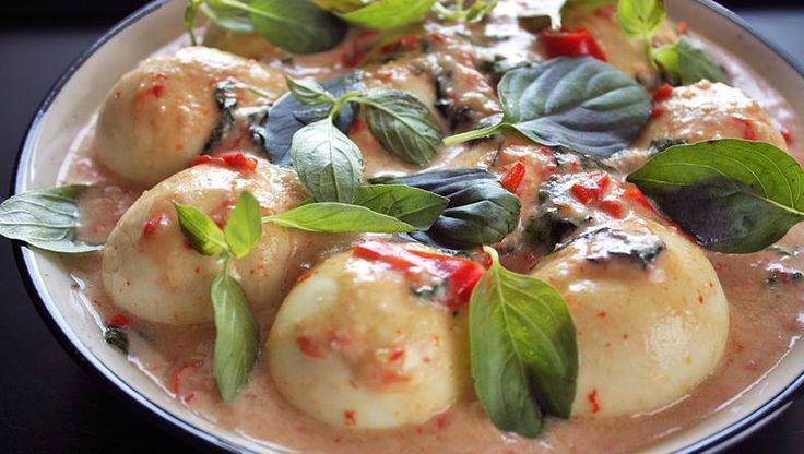 Se siete in cerca di ricette originali per un antipasto a base di #uova, ecco che la #cucina #indonesiana viene in vostro soccorso! Le uova sode sono servite in una salsa cremosa e molto speziata preparata con #latte di #cocco, #peperoncino, foglie di alloro, foglie di basilico, #citronella, sale e zucchero. #egg #recipe