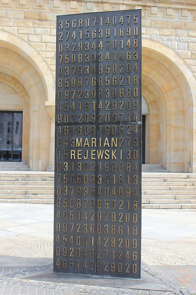 640px-Polish_cryptologists_breaking_Enigma_ciphers_monument_01.JPG (640×960)