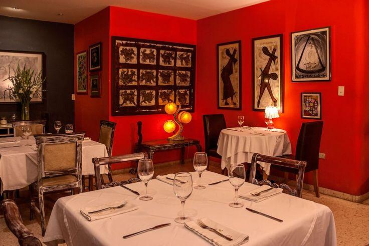 """""""Casa Pilar, ganas e ingenio"""" Quizá sea ese uno de los espacios de mayor singularidad en Casa Pilar.  De las paredes, de color gris y naranja, cuelgan fotografías de Anielka Carmona tomadas en África, así como pinturas con motivos también africanos y religiosos."""