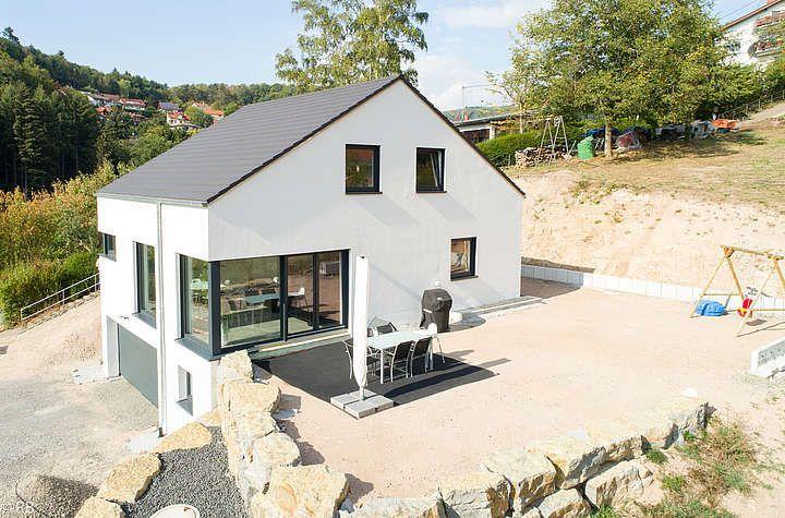 Grosse Terrasse Mit Garten Makale 2 Garten Grosse Mit Terrasse In 2020 Haus Hanglage Haus Ideen Aussen Haus