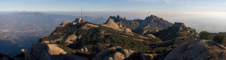 Góra Montserrat - znana głównie z klasztoru, tam znajdującego się. Sprawdź co ciekawego można zobaczyć, w tym świętym dla Katalończyków miejscu?