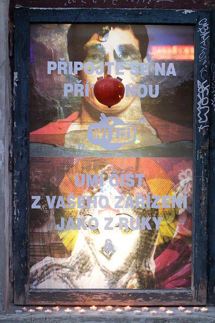 Barbora Trnková a Tomáš Javůrek / POLOLOADER / 25.8. - 17. 9. 2015 / Vitrína Deniska / Výstava dua brněnských internetových umělců vychází z jejich dlouhodobých úvah nad fenoménem preloaderu v kontextu umění. / http://www.vitrinadeniska.cz / http://www.pifpaf.cz / ©foto: Monika Abrhámová