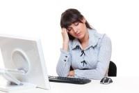 Sensação de olhos cansados, pescoço hirto e ombros tensos são sintomas que podem surgir quando passa demasiado tempo a trabalhar com o computador. Nessas alturas, o aparelho que apareceu para nos facilitar a vida acaba por complicá-la…