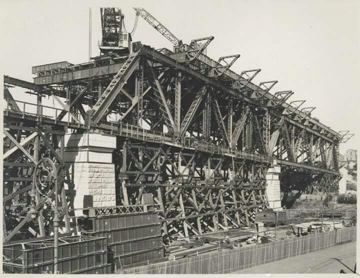 Construction of the Sydney Harbour Bridge.A♥W