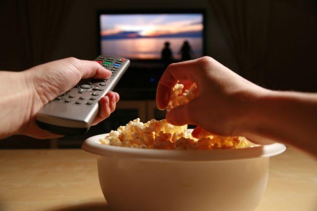 A #tv #előtti #nassolás és értelmetlen habzsolás egy olyan táplálkozási szokás, amelyet a gyermekeink is könnyen átvesznek tőlünk