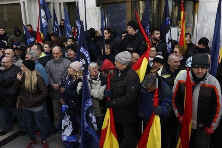 Los neonazis de Hogar Social bloquean la entrada de la Policía e impiden su desalojo