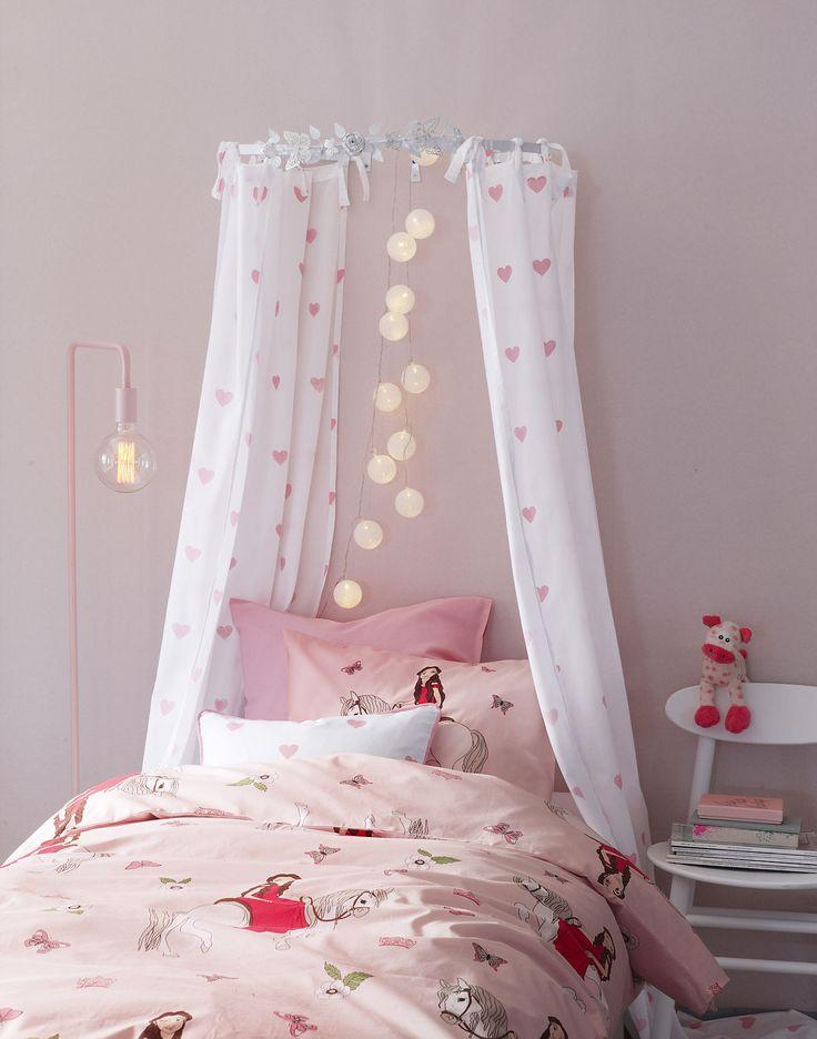 ARIEL är ett gulligt påslakanstet för små eller stora flickor. Här med en sänghimmel med SWEETHEART gardinlängder. Enkelt att hänga!