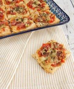 Pizza borrelhapjes van bladerdeeg. Simpel om te maken en altijd een succes! Het recept staat op mijn blog Homemade by Joke