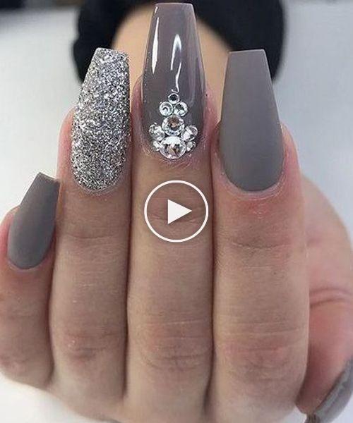 Ongles en acrylique tendance avec bijoux pour mariages