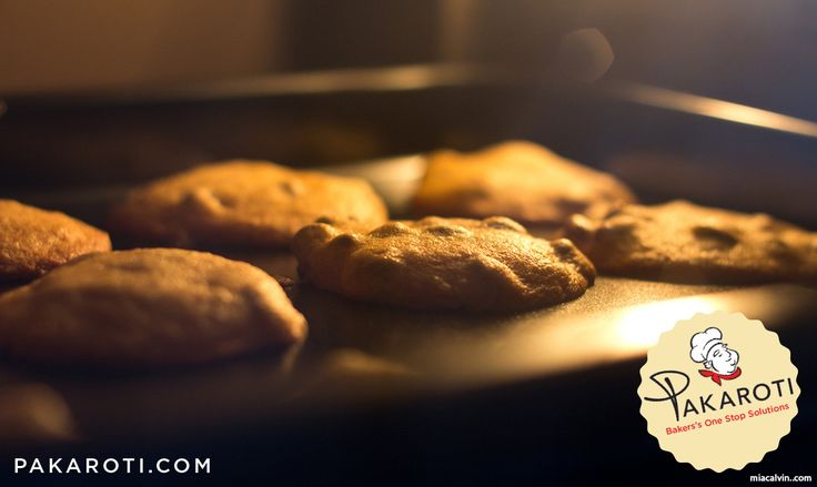 Panas yang dihasilkan oven berbahan bakar gas lebih kering dibandingkan oven listrik sehingga meski suhunya sama, waktu memasaknya jadi lebih cepat. Oleh karena itu, selama memanggang kue kering, sesekali pindahkan posisi rak kue. #BakingTips
