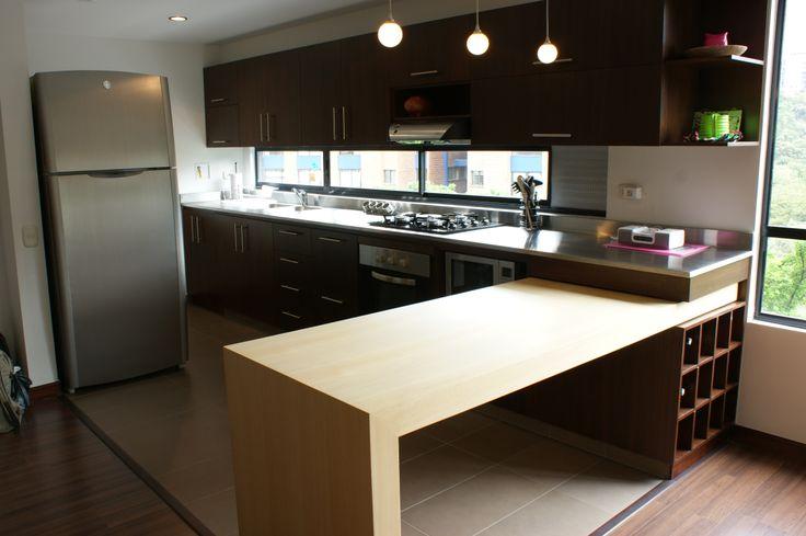 Cocina - Julian Restrepo. Cocina con barra en Madera, que se transforma en mesa auxiliar. Fabricada en Triplex decorativo Roble Blanco.