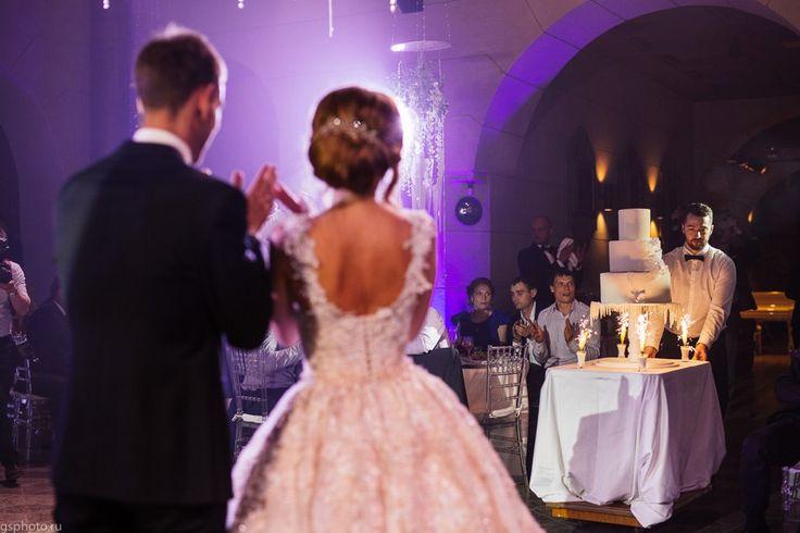 Еще один обязательный кадр - свадебный торт