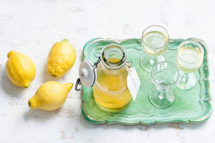 De Italiaanse citroenlikeur kun je ook zelf maken. Nodig: een flinke dosis geduld - Recept - Limoncello - Allerhande