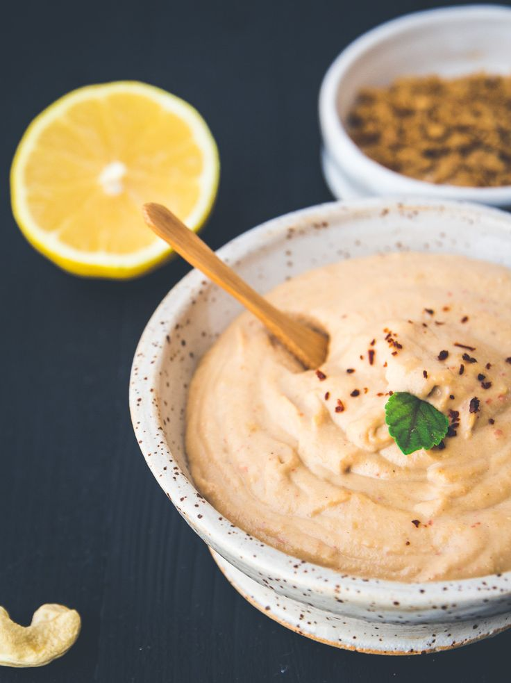 """Cashew-""""Käse""""-Dip (vegan): ZUTATEN FÜR 2 PERSONEN 250 g Cashew Kerne (ungeröstet und ungesalzen),Saft einer halben Zitrone,1 Knoblauchzehe 1-2 TL Salz,1/2 frische rote Chili-Schote,3 EL Hefeflocken 125 ml Wasser. Alle Zutaten in den Mixer und so lange pürieren bis die Masse schön glatt und cremig ist. TIPP: Nach dem Pürieren noch mit kleingehackten Olivenstückchen vermengen u mit frischem Vollkornbaguette servieren."""