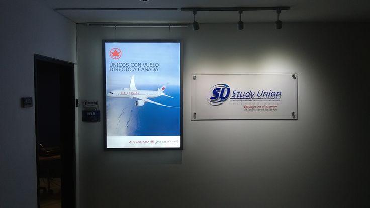 Air Canada instaló en puntos estrategicos los nuevos avisos luminosos LED para resalatar su marca y promover los vuelos directos a Canada.