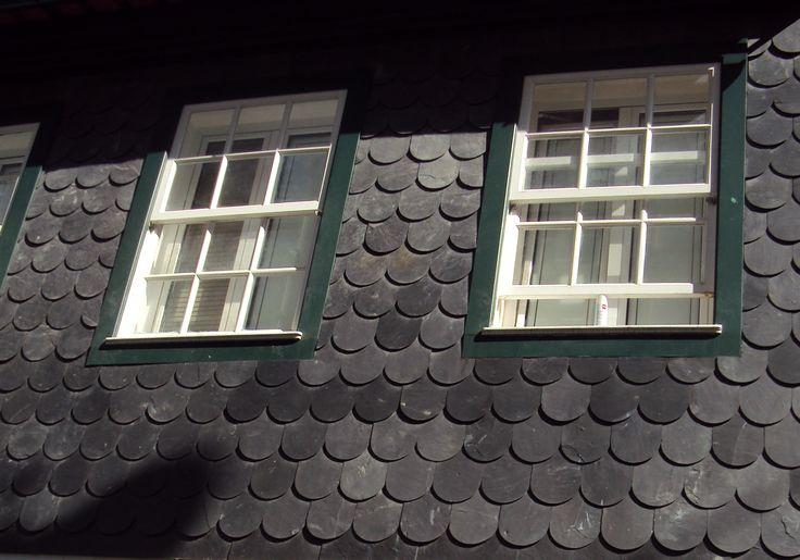 Viseu Portugal janela de guilhotina em parede revestida de lousa