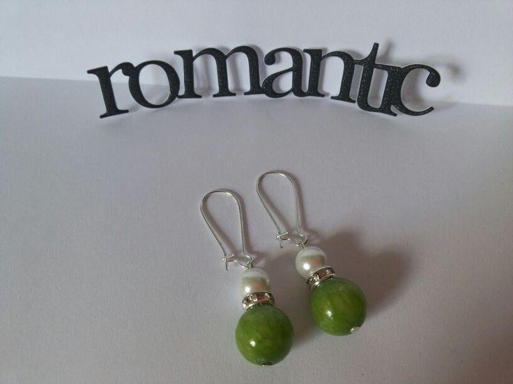 Aros blanco y verde. Las perlas siempre te hacen lucir romantica.