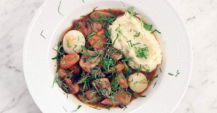 En klassisk fransk gryta i grön tappning - Siri Barje görbourguignon med svartrötter, betor, svamp och massor av lök. Servera gärna med potatismos.
