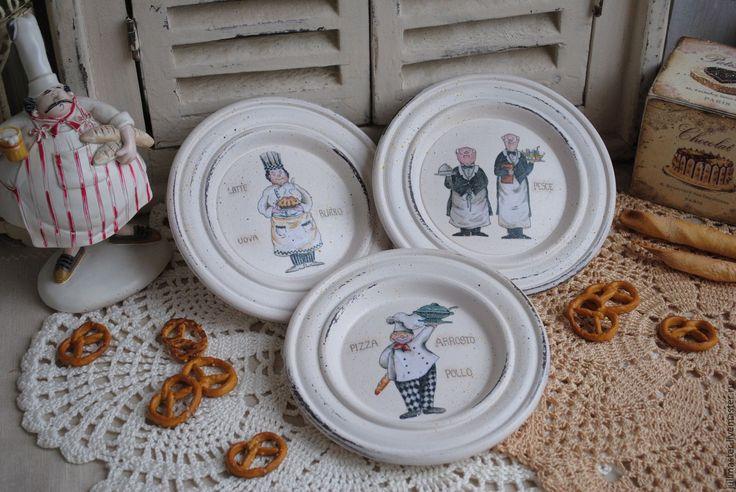 """Купить Три тарелки на подставке """"Поварюшки"""" декоративные деревянные - тарелка декупаж, тарелка настенная"""
