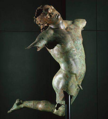Танцующий сатир из Мадзара-дель-Валло, на южном побережье Сицилии, голова откинула в диком ветром взъерошенные оставлении, спина изогнулась, ноги ногами, глазные яблоки белые с алебастром. Буксируемое от моря в сети рыбака в 1998 году,  он, вероятно, являлся частью более широкой группы бредящих bacchants, которые впервые вышли из своего литейного производства в Греции в десятилетия около 300 до н. к