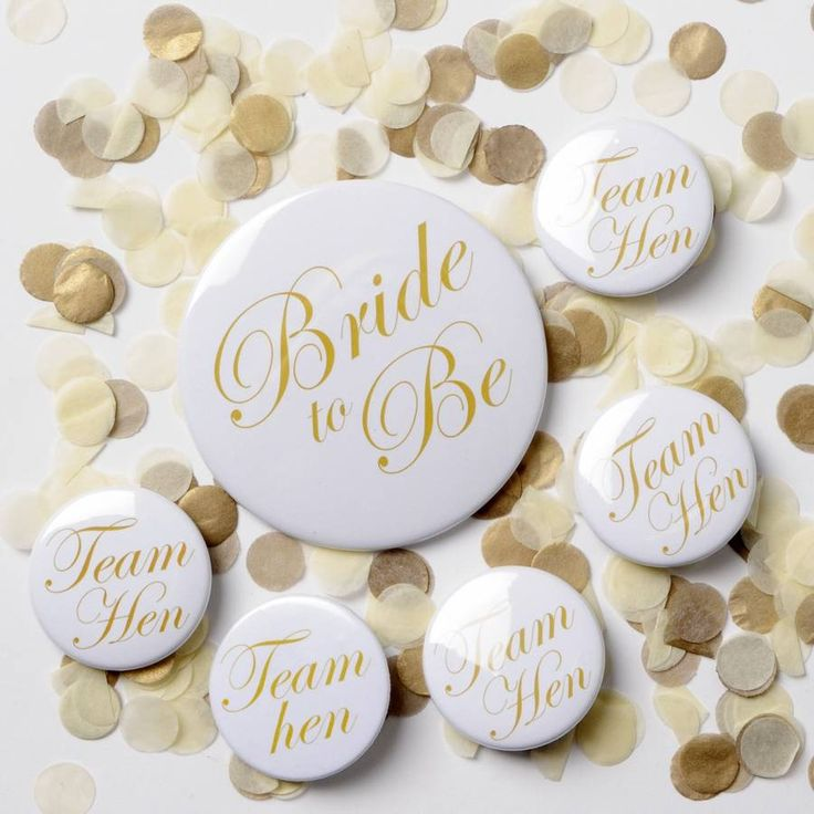 A gorgeous Hen Party or Bride to Be badge in Gold Script design38mm Team Hen, or 76mm Bride to Be Badge availableThese elegant gold and white badges are the perfect addtion to your classy Hen Party. Available in either our 38mm Hen Party design, or 76mm Bride to Be design. The badge features a white background with beautiful gold script font. Matching gift bags, mounted print and tote bag are also available. Buying as a gift? We'll happily add a beautifully handwritten gift note with your…