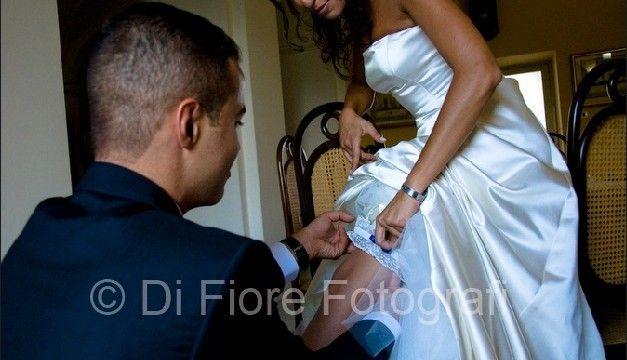 La giarrettiera per la sposa, divertente dettaglio sexy per il giorno del matrimonio