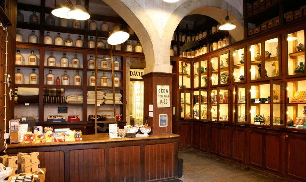A Vida Portugueas - Lisbon.  Lampade industriali e scaffali d'epoca arredano uno degli ambienti dello store originariamente adibito a fabbrica di profumi
