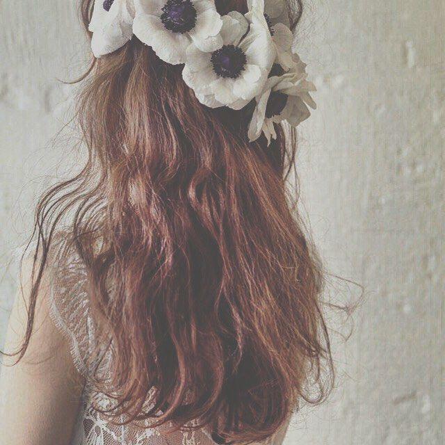 インスタで大人気!マリさんが作るお花を使ったブライダルヘア② こちらは髪全体をゆるふわに巻いた、乙女風のダウンヘアです♩大きなアネモネの花がとってもインパクトありますよね♡このブライダルヘアで、ガーデンウェディングができたら素敵すぎませんか…?♡ * * アネモネ * * #ヘアアレンジ #コーデ #アネモネ #マリhair