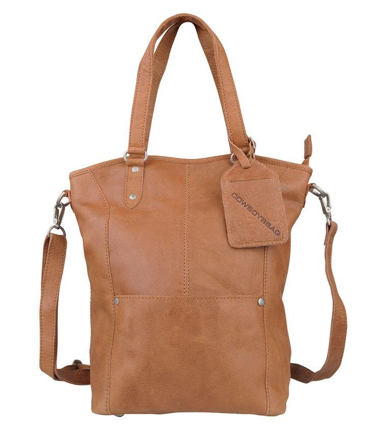 De Chard tas van Cowboysbag is een stoere handtas, die ook crossover gedragen kan worden met behulp van het langere hengsel. De tas heeft een groot hoofdvak welke afgesloten wordt met een rits. De binnenkant is voorzien van een handig ritsvakje en heeft een verstevigde bodem. Een ideale tas waarin je al je spullen kwijt kunt!