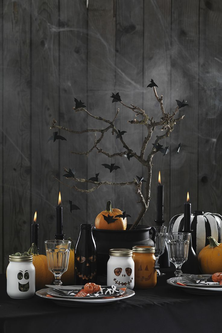 Table setting; classic, fun and a little bit scary  www.pandurohobby.com Halloween by Panduro #DIY #table setting #pumpkin #bats #glass jar #ghost #spooky
