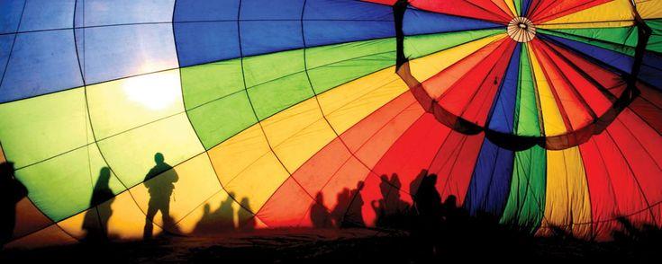 Los 5 mejores lugares para volar en globo en México. Descubre bellos paisajes desde las alturas mientras disfrutas del fresco aroma del amanecer en compañía de alguien especial.