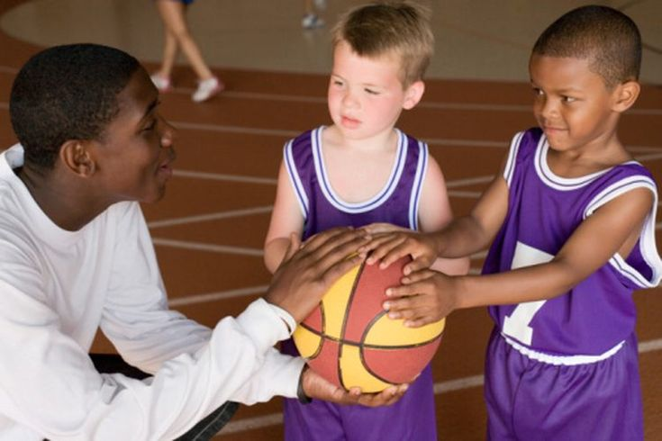 Juegos de baloncesto para niños de cuatro años. Los juegos de baloncesto para niños de 4 años de edad deben estar diseñados para que los niños se diviertan y aprendan los fundamentos básicos del juego. También deben enseñar a los niños sobre el trabajo en equipo y el espíritu deportivo. Los niños a ...