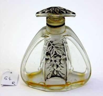 :* Julien Viard en Dépinoix Kleurloze glazen fles . Trapeziumvormig, met afgeronde hoeken Versierde stop met zwart patina bloemen 9 cm Periode 1920