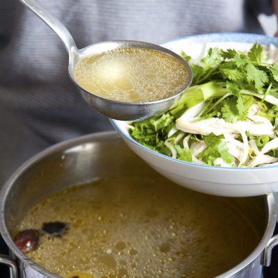 """""""Pho"""" ist die traditionelle und mittlerweile weltweit bekannteste Suppe der vietnamesischen Küche. Ganz traditionell entstammt sie aus der vietnamesischen Hauptstadt - Hanoi. Sie heißt demzufolge auch desöfteren in den vietnamesischen Restaurants """"Pho-Hanoi"""". Wenn Ihr die Pho Suppe kocht ist die Brühe ausschlaggebend. Andere Zutaten wie Limetten, Lauchzwiebeln und Koriander dürfen dabei als Nebenzutaten auch nicht fehlen. Die wichtigsten Gewürze für eine gute Brühe sind di..."""