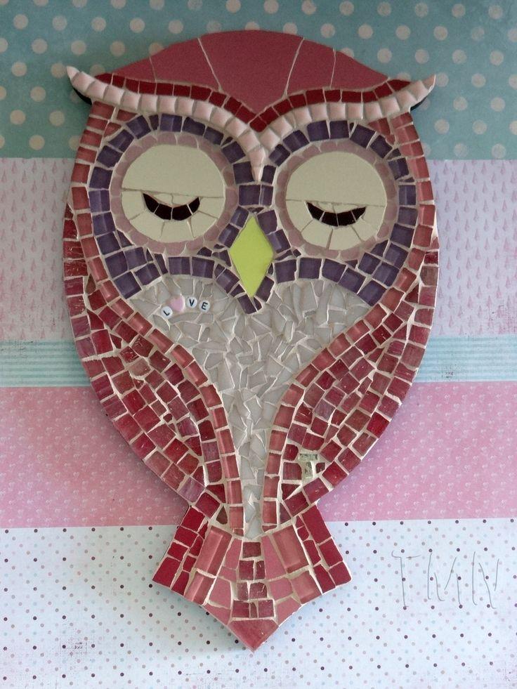 Quadro de Mosaico Coruja Angelina Pink com aplique Love. <br>Design exclusivo, feito pela mosaicista Tainah Neves. <br> <br>Mosaico feito à mão com Pastilhas de Vidro, Pastilha Cristal, Pastilha Cerâmica importada, Azulejo, Pastilha Porcelana, Aplique Love . <br> <br> <br> <br>Dimensões: 34 cm x 21 cm, espessura 1,3 cm.