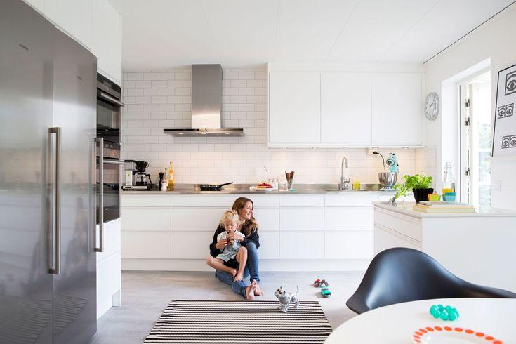 Söker du ett kök med infällda grepp? Köksluckan Stil ger ett modernt rent intryck, här i vitt med vit grepplist. Hitta din köksinspiration hos Ballingslöv!