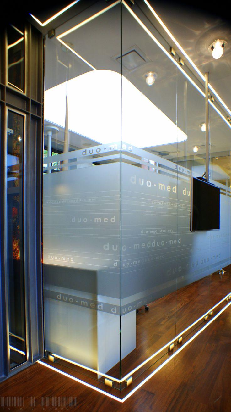 Glass walls with delicate print, used in the medical office / Szklane ścianki z delikatnym nadrukiem wykorzystane w gabinecie stomatologicznym    Glassfittings: CDA Poland / Okucia do szkła: CDA Polska