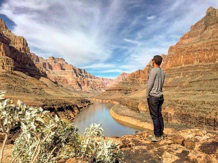 O Grand Canyon é um desfiladeiro íngreme esculpido pelo rio Colorado no estado do Arizona nos Estados Unidos  Tem mais de 440 km e faz parte do Parque Nacional do Grand Canyon. O @nomad.where compartilhou essa incrível vista panorâmicas  Já tá na sua lista de viagem?  #blogmochilando #EUA #arizona #grandcanyon #desfiladeiro #visual #dicasdeviagem